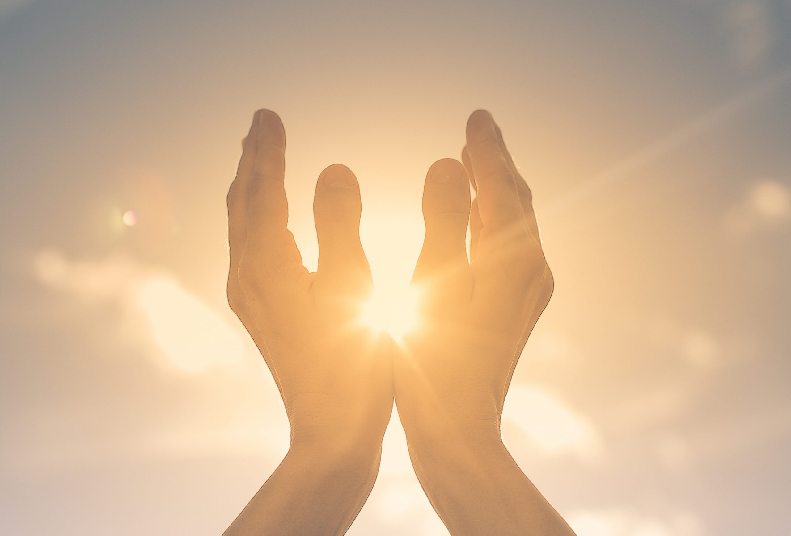 Hände zur Sonne gerichtet